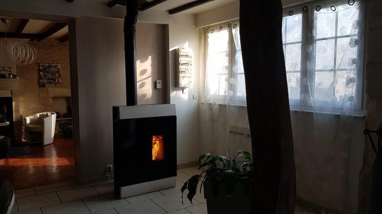 Un poêle à granulés dans une maison